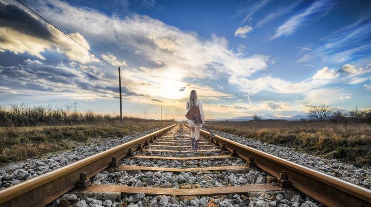 Mujer camina vía tren